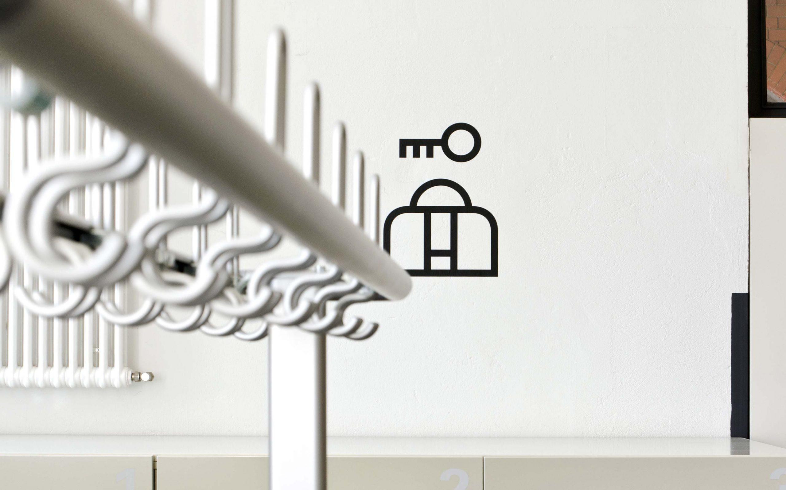 Icon im Garderobenbereich des Foyer des Museums in der Kulturbrauerei (Schablonierung), schwarz auf weißer Wand