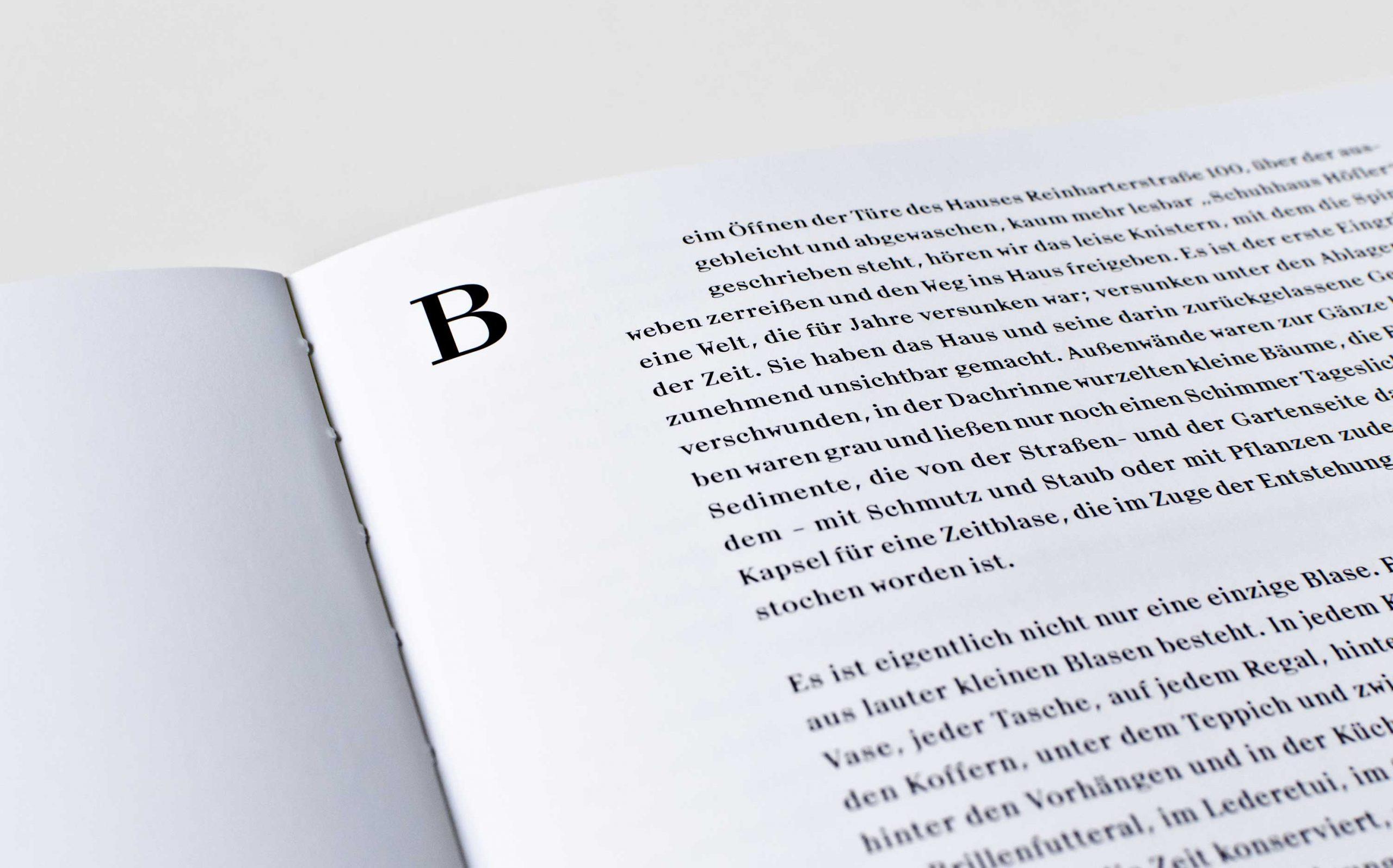 Tarek Leitner, Peter Coeln – Hilde & Gretl | Detailaufnahme der Doppelseite mit großem Initial als Kapiteleinstieg auf rechter Seite, links leer | Keywords: Editorial Design, Veredelung, Artist Book, Künstlerbuch, Buchgestaltung, Grafikdesign, Design, Typografie