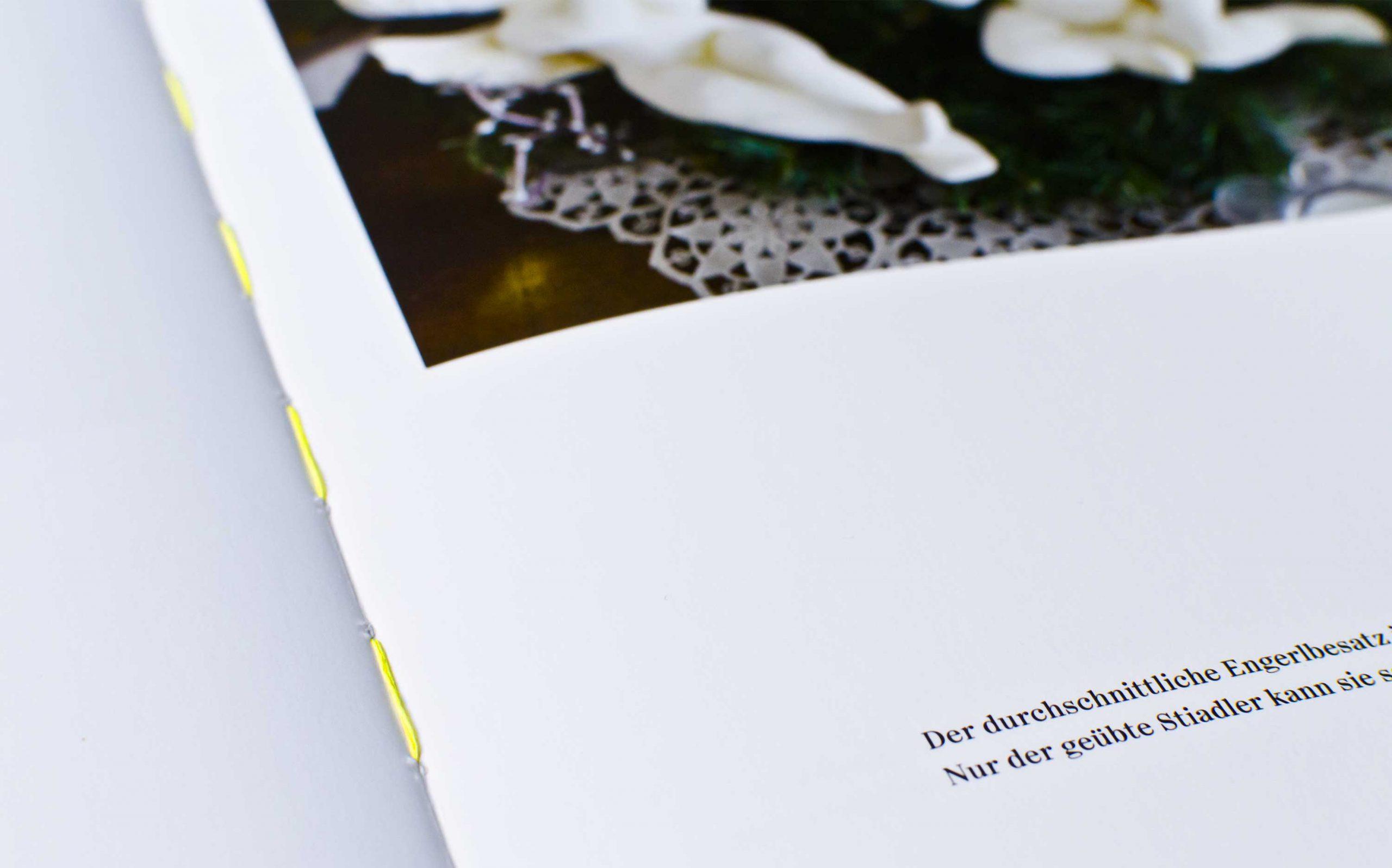 Tarek Leitner, Peter Coeln – Hilde & Gretl | Detailaufnahme des neongelben Fadens in der Buchmitte | Keywords: Editorial Design, Veredelung, Artist Book, Künstlerbuch, Buchgestaltung, Grafikdesign, Design, Typografie