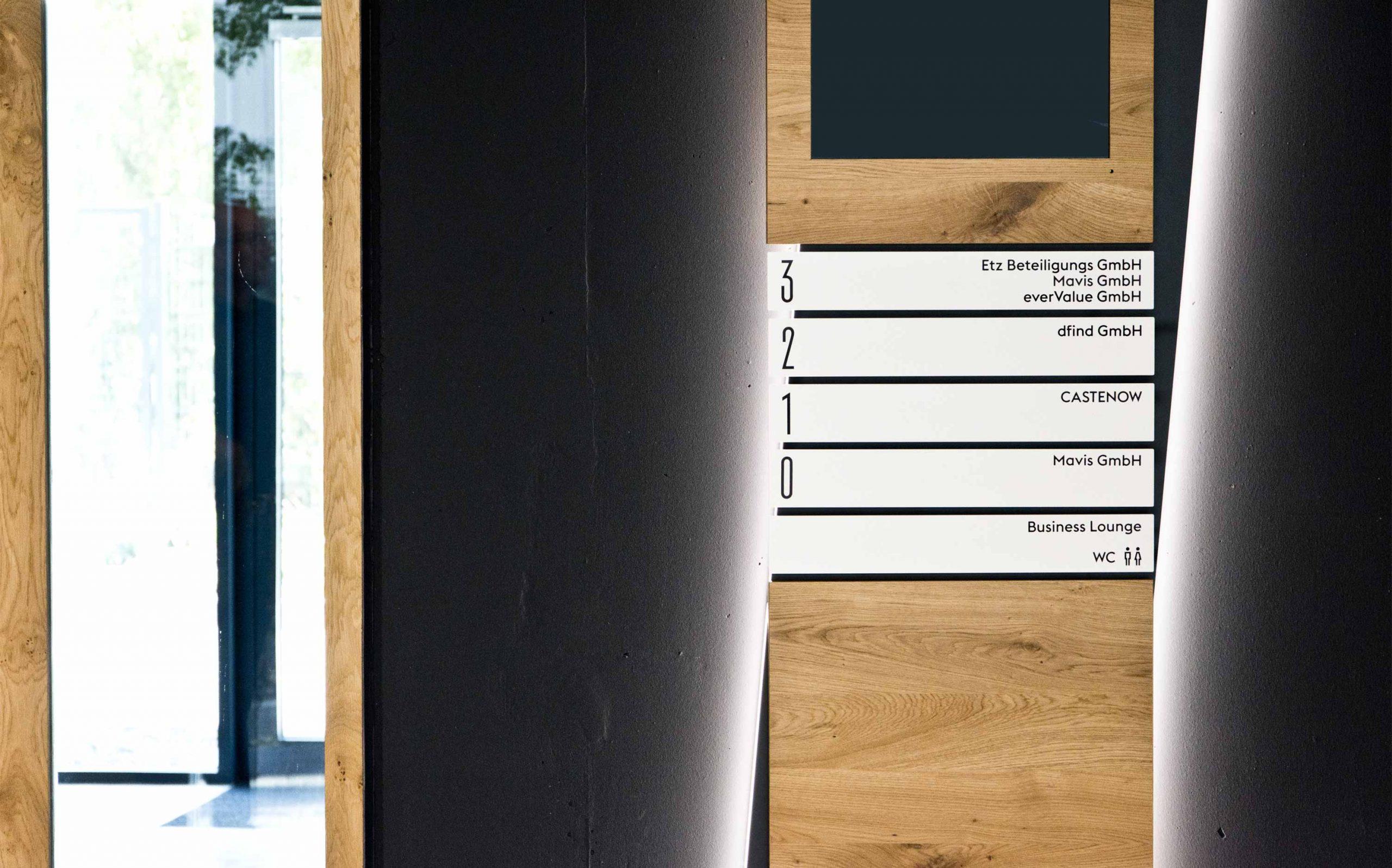 Leit- & Informationssystem The Beach, Düsseldorf | Etagenübersicht im EG, Informationsstele mit hinterleuchtetem Korpus, Detail | Keywords: Etagenkennzeichnung, Signaletik, Leitsystem, Orientierungssystem, Büro, Office, Design, Grafikdesign, Typografie