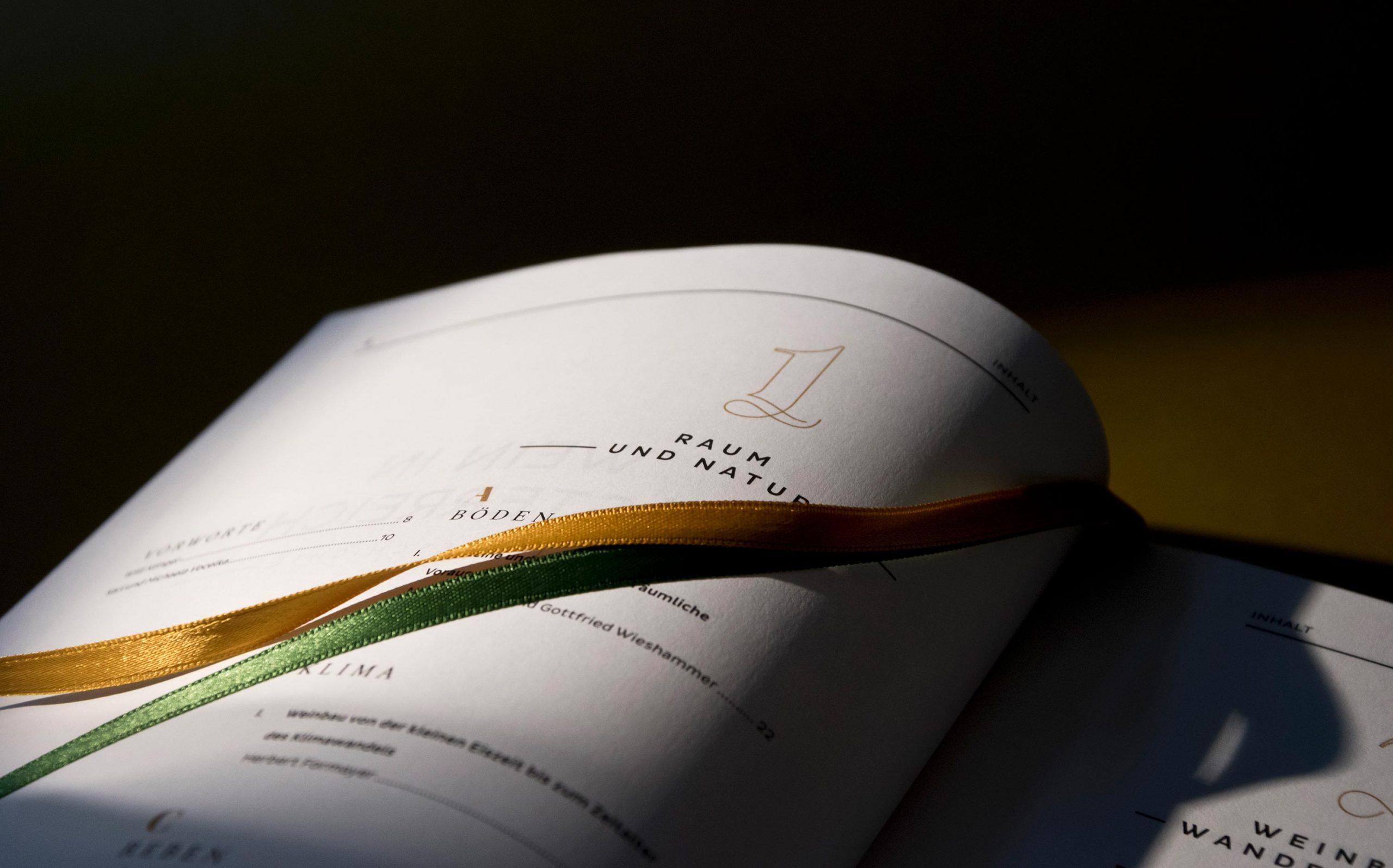 Editorial Design Wein in Österreich, Kompendium | Inhaltsangabe in Detailaufnahme mit Lesebändchen | Keywords: Kompendium, Editorial Design, Lexikon, Nachschlagewerk, Standardwerk, Mikrotypografie, Typografie