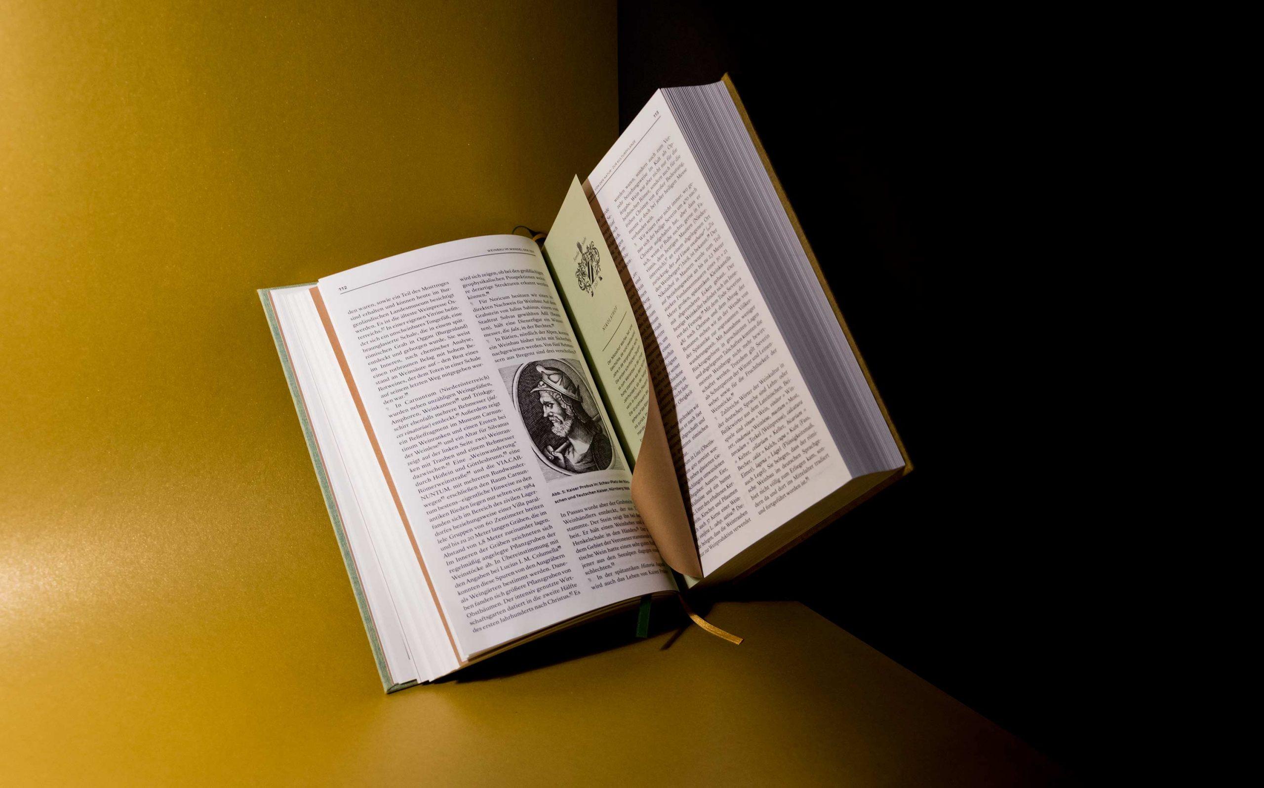 Editorial Design Wein in Österreich, Kompendium | Textseite mit halber Seite, beidseitig sichtbar | Keywords: Kompendium, Editorial Design, Lexikon, Nachschlagewerk, Standardwerk, Mikrotypografie, Typografie