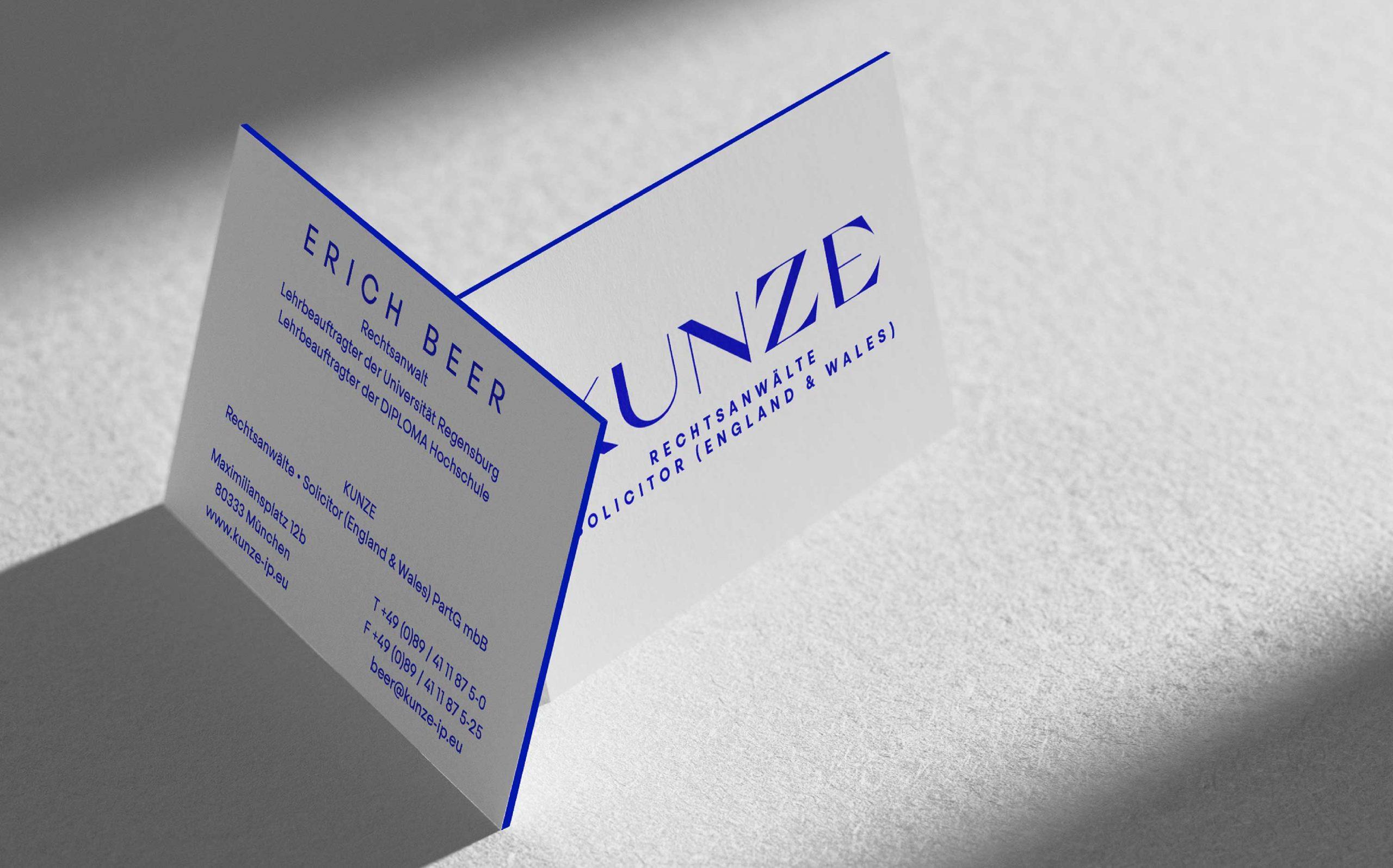 Corporate Design für Kunze Rechtsanwälte, München | Visitenkarten mit blauem Farbschnitt | Keywords: Corporate Design, Branding, Contemporary Design, Blau, Blue, Typografie, Typography, Graphic Design, Grafikdesign, Abstrakte Kunst