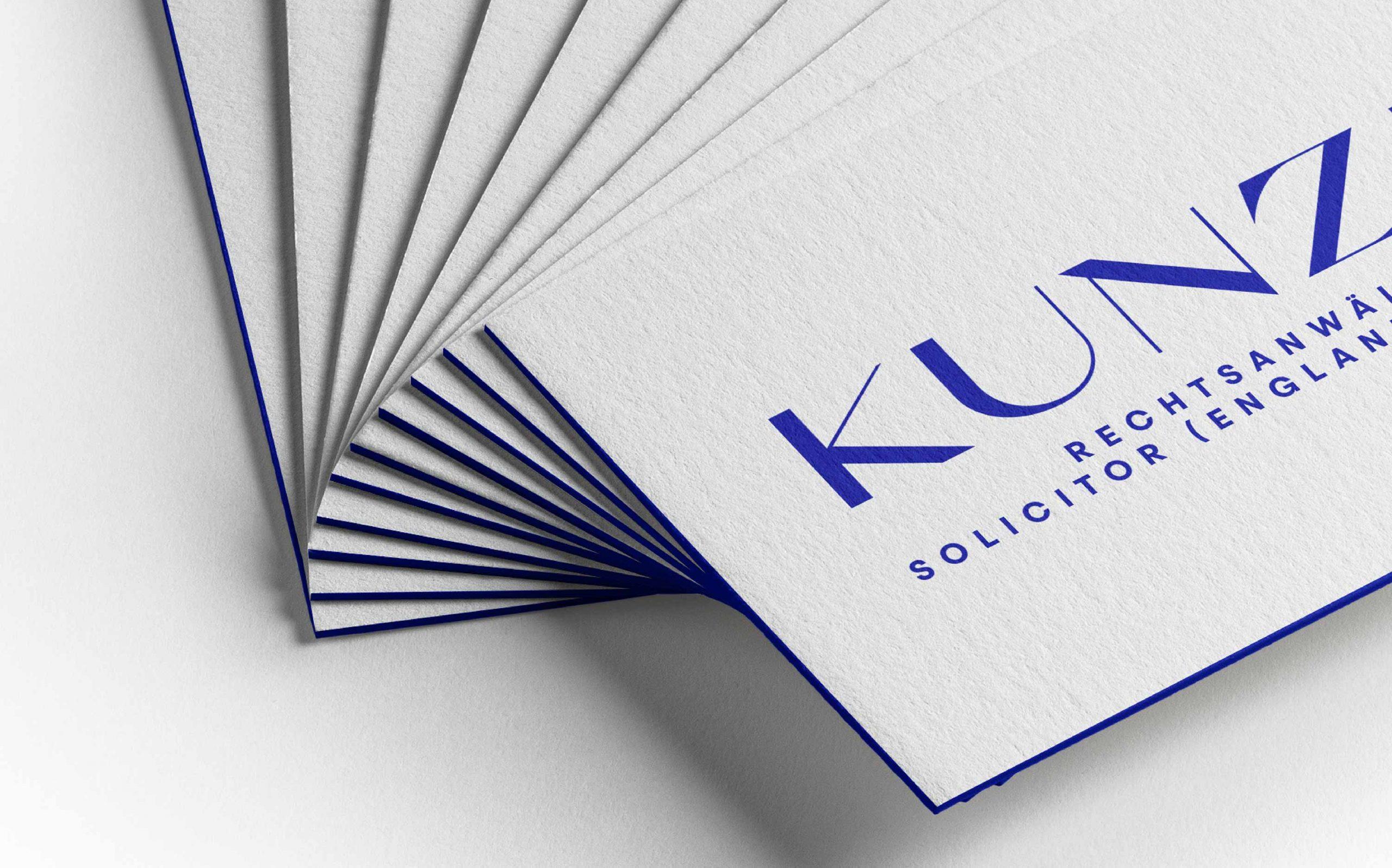 Corporate Design für Kunze Rechtsanwälte, München | Visitenkarten mit blauem Farbschnitt, adrett gestapelt | Keywords: Corporate Design, Branding, Contemporary Design, Blau, Blue, Typografie, Typography, Graphic Design, Grafikdesign, Abstrakte Kunst
