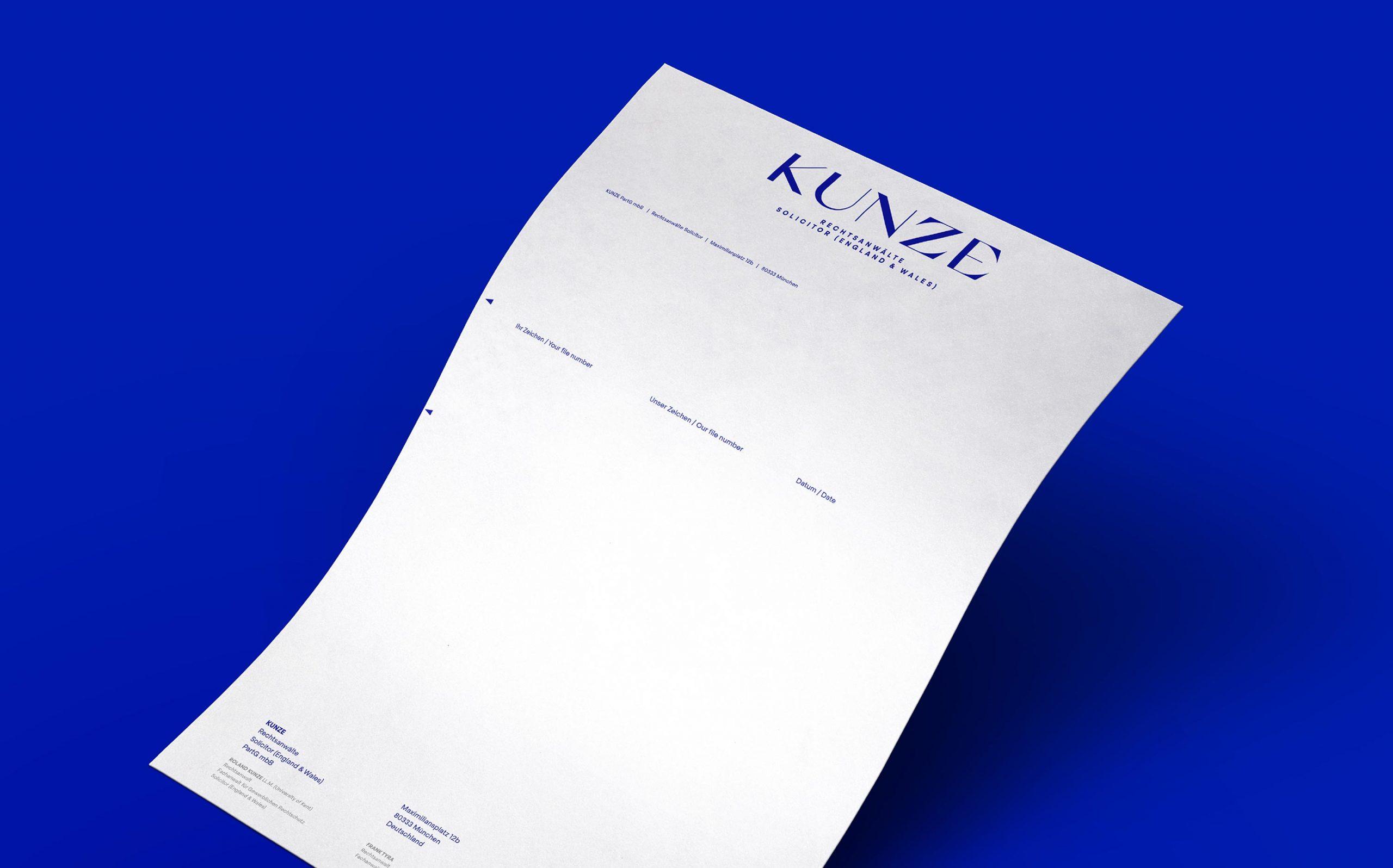 Corporate Design für Kunze Rechtsanwälte, München | Briefpapier vor blauem Hintergrund | Keywords: Corporate Design, Branding, Contemporary Design, Blau, Blue, Typografie, Typography, Graphic Design, Grafikdesign, Abstrakte Kunst